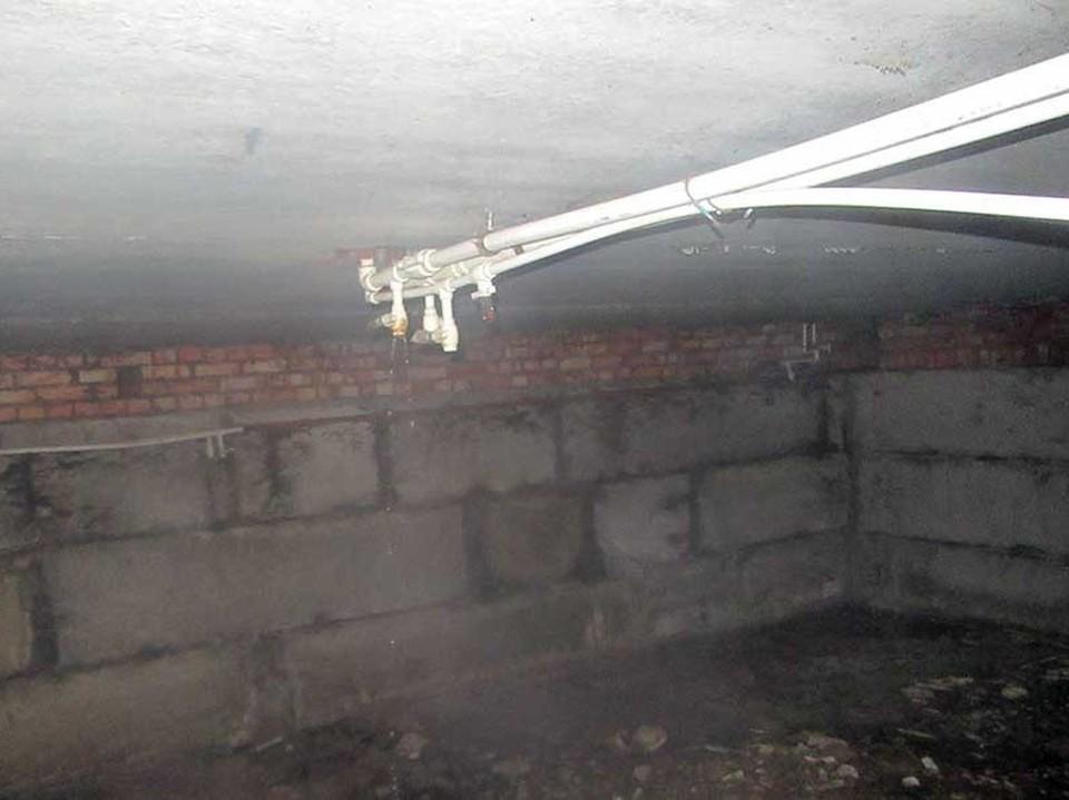 """Подвал утопает в нечистотах. Фото """"Про Вольск"""""""