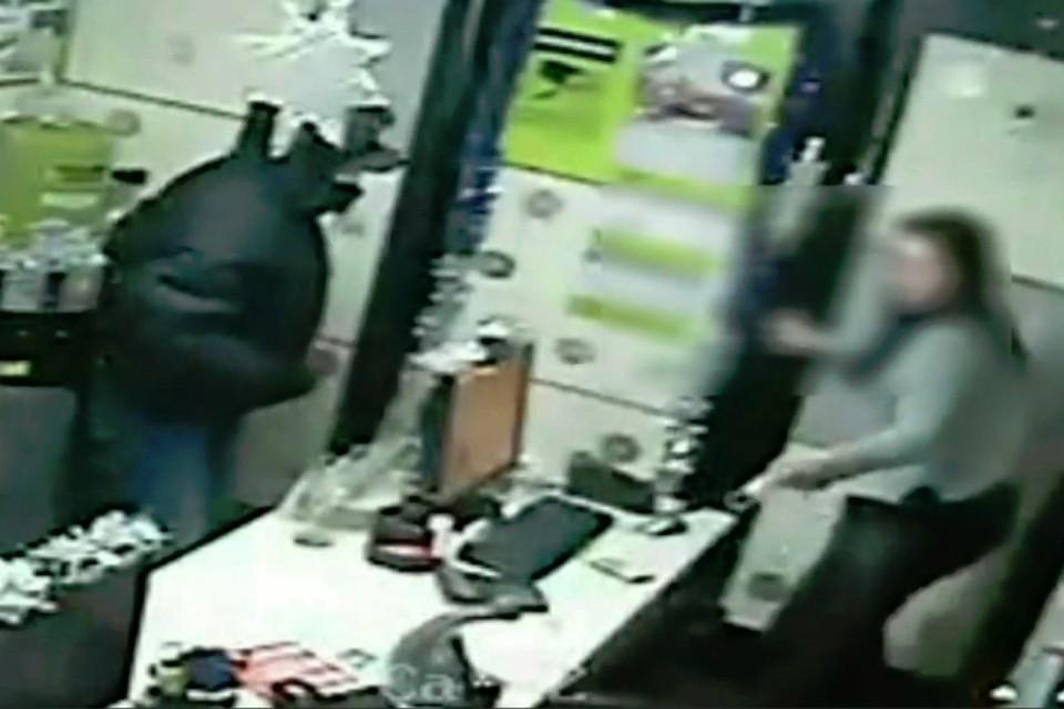 В преддверии Нового года кировчанин дважды ограбил один и тот же офис микрозаймов. Фото: скриншот с видео 43.мвд.рф