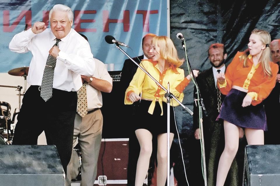 Накануне выборов Ельцин даже станцевал на сцене, чтобы показать народу - он здоров. А сразу после выборов лег на операцию на сердце... Фото: Alexander Zemlianichenko/AP/EAST NEWS