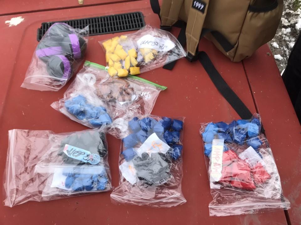 Наркокурьеры из Керчи сбывали по-новогоднему оформленный товар. Фото: пресс-служба МВД по РК.