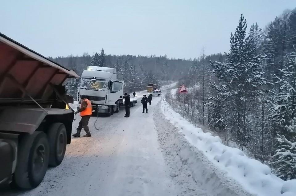 Дальнобойщику из Ростова, застрявшему в мороз на трассе, не дали замерзнуть пожарные