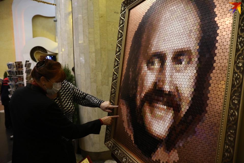 В фойе филармонии выставили портрет Мулявина из монет.