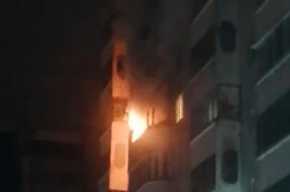 Загорелась квартира на шестом этаже. Фото: стоп-кадр.