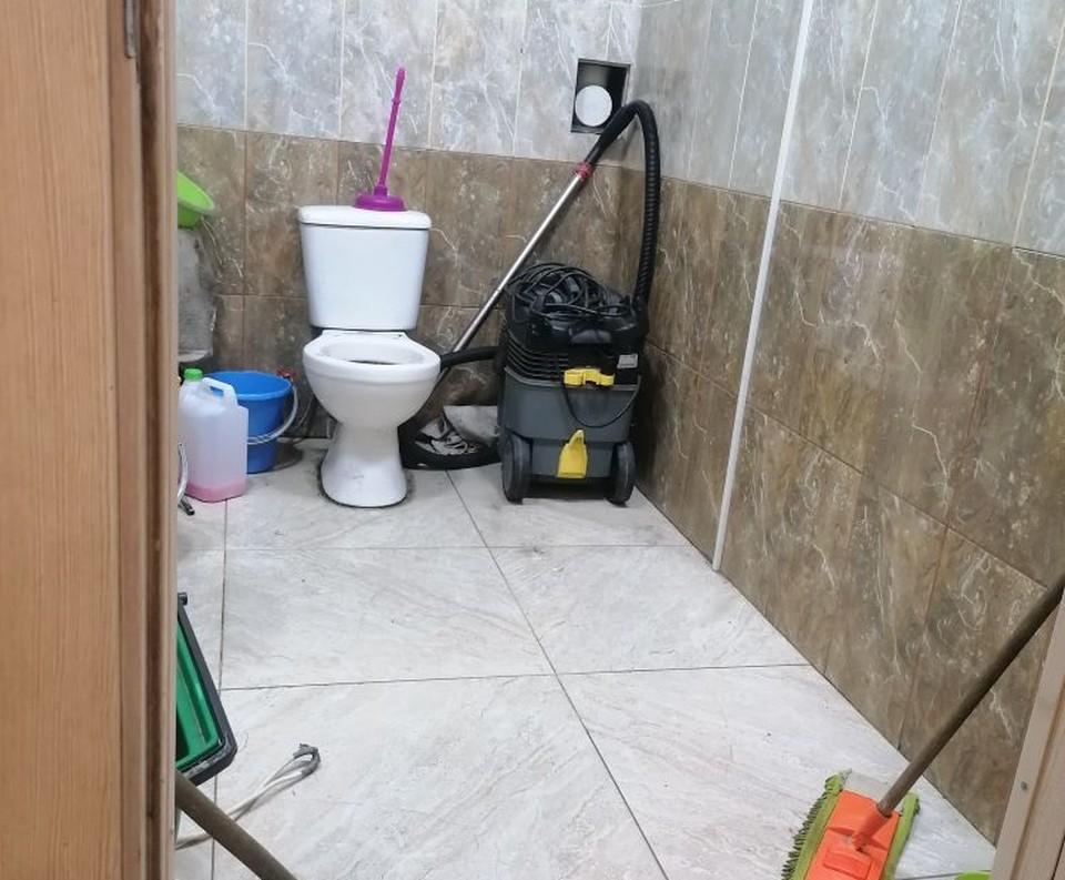 Туалет превратился в склад швабр и грязи