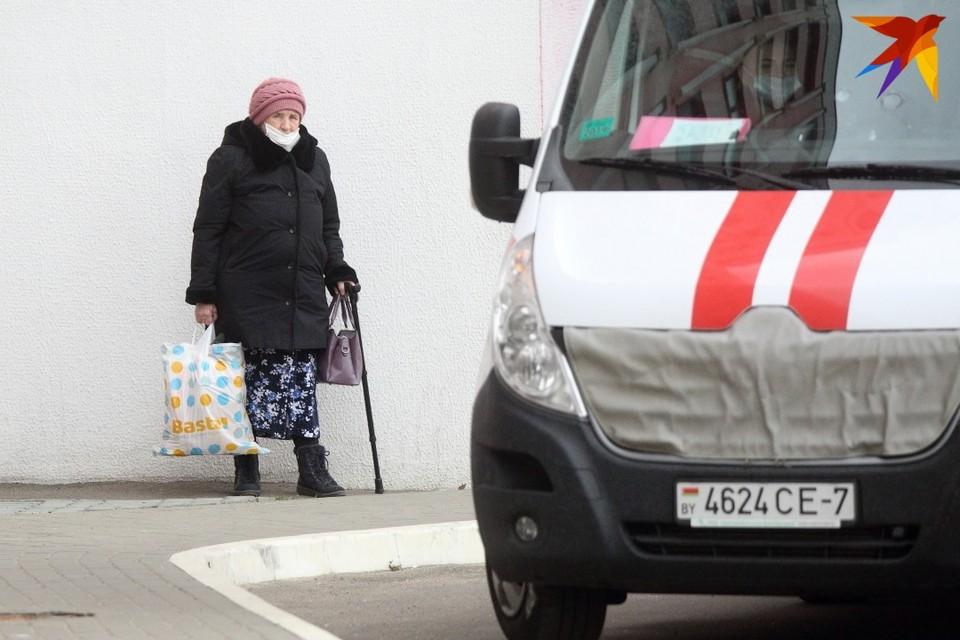 """Эта бабушка для зимней улицы экипирована не совсем верно. Чтобы не попасть в """"скорую"""" пакет надо оставить дома, а трость - то, что нужно."""