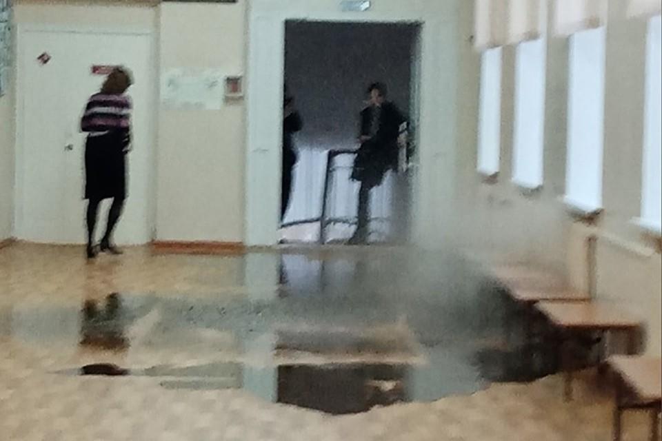 """В арзамасской гимназии во время урока прорвало трубу с кипятком. Фото: паблик """"Весь Арзамас"""""""