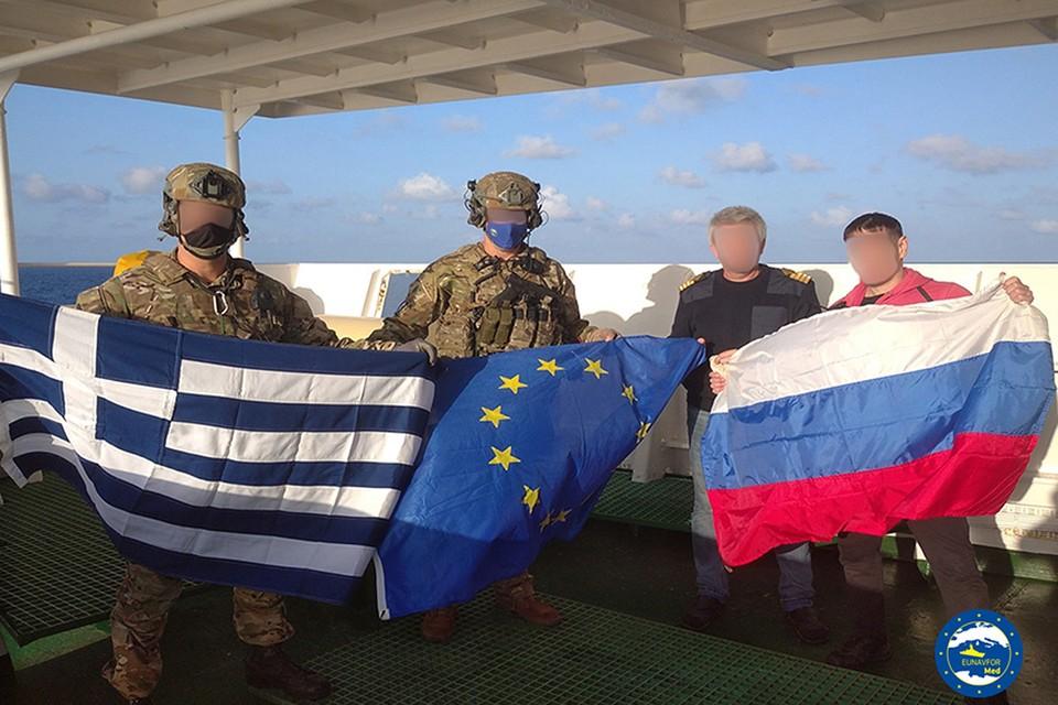 Солдаты НАТО и моряки на борту российского корабля с флагами Греции, ЕС и России. Фото: twitter.com/EUNAVFOR_MED