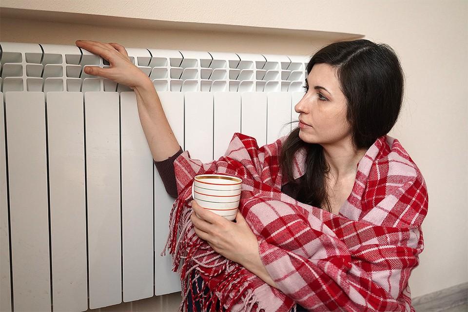 По нормам СанПиН, зимой температура в кабинете должна быть 22-24 градуса.