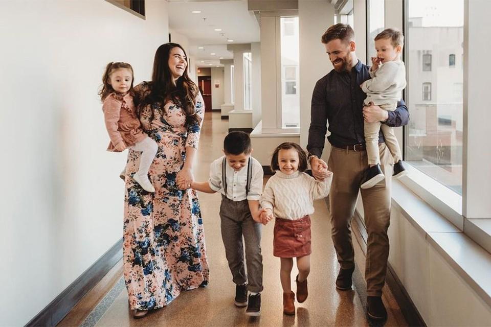 Джейкоб и Максин Янг с приемными детьми.