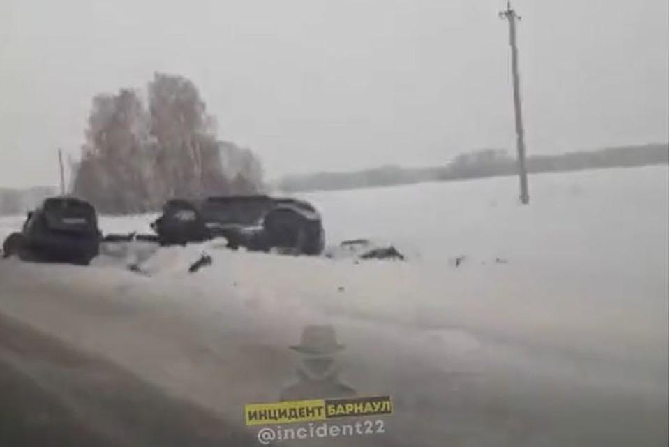 "Две иномарки после столкновения выкинуло на обочину. Фото: скриншот с видео ""Инцидент Барнаул"""