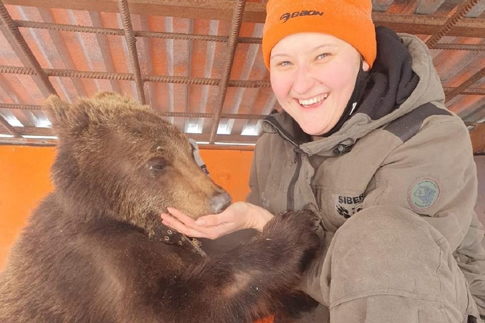 Поцелуй медведя в щечку: любвеобильная хищница в зоопарке без порции ласки не разрешает убирать в вольере. Фото: Сибирский зоопарк