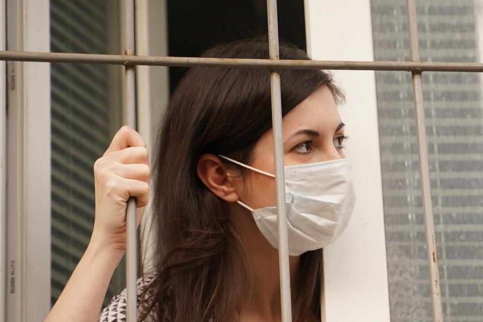 Чиновники провели расследование, чтобы посадить на карантин 400 человек, контактировавших с ковидным больным