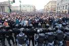 «Меня залили газом, я ничего не видел»: Полицейский извинился и подарил цветы женщине, которую пнул на незаконном митинге