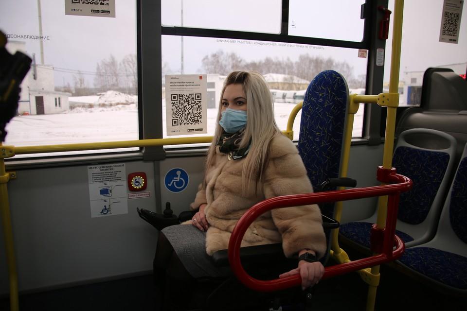 Депутат Светлана Козлова в салоне автобуса. Фото: ТГД