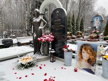 На могиле Жанны Фриске творятся странные вещи: россиянки собирают снег и цветы для приворота