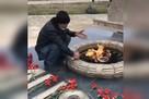 «Курица, зелень, лук и вперед!»: дагестанец пожарил шашлык на Вечном огне у «Скорбящей матери»