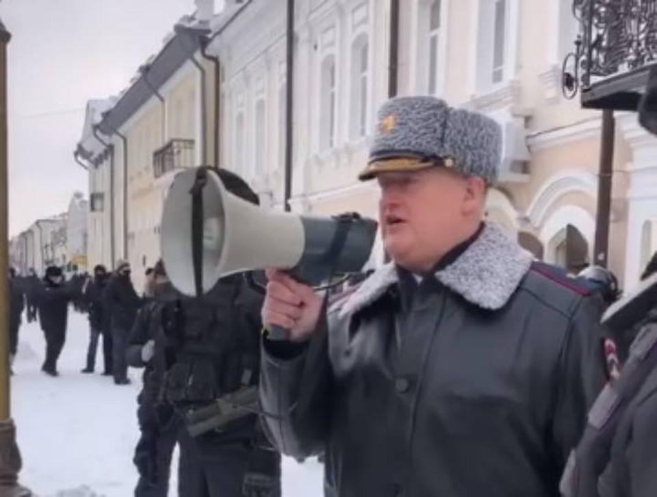 Министр внутренних дел республики Бурятия Олег Кудинов лично вышел к участникам несанкционированного митинга, который, как и по всей стране, прошел 31 января в Улан-Удэ. Фото: скрин с видео