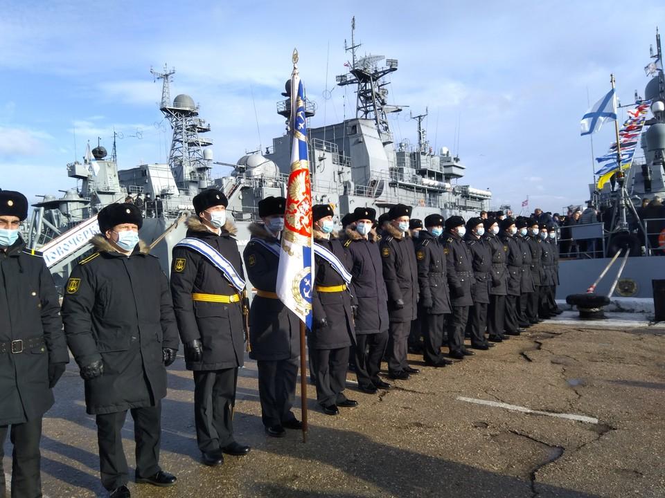 БДК ««Новочеркасск» на заднем плане. «Грайворон» пусть и уступает ему в вооружении, но в своем классе малых ракетных кораблей он лучший