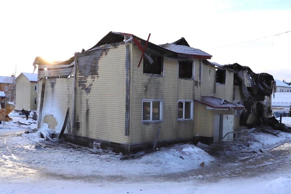 В Кандалакше сгорел жилой дом на 27 квартир. Фото: vk.com/kandaone