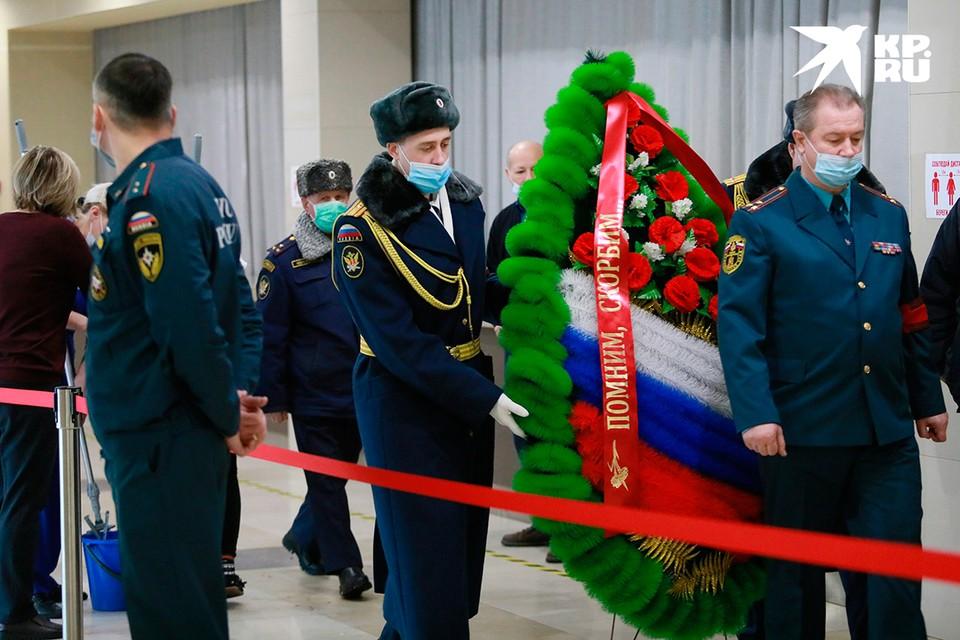 В Красноярске прощаются с пожарными, погибшими при тушении склада 3 февраля