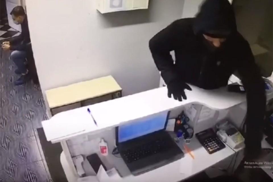 В Минске поймали очередного «ручечника»: он дергал ручки в офисах и воровал оттуда ценности.