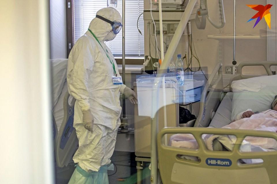 Количество умерших и заболевших коронавирусом в мире снижается четвертую неделю подряд.