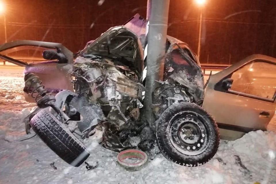 В Липецкой области водитель иномарки не справился с управлением и врезался в столб