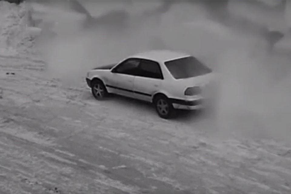 В Кузбассе машину накрыло лавиной с крыши. Фото: Подслушано Новокузнецк/ Вконтакте