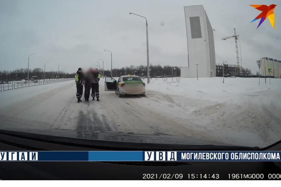 Пьяного таксиста задержали гаишники в Могилеве. Фото: стоп-кадр | видео УВД Могилевского облисполкома.