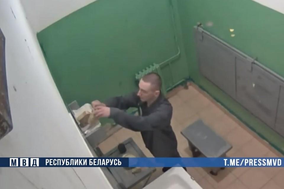 В МВД заявили, что задержанный Олег Рубец не объявлял голодовку и показали, как он ест в камере. Фото: стоп-кадр | видео МВД.