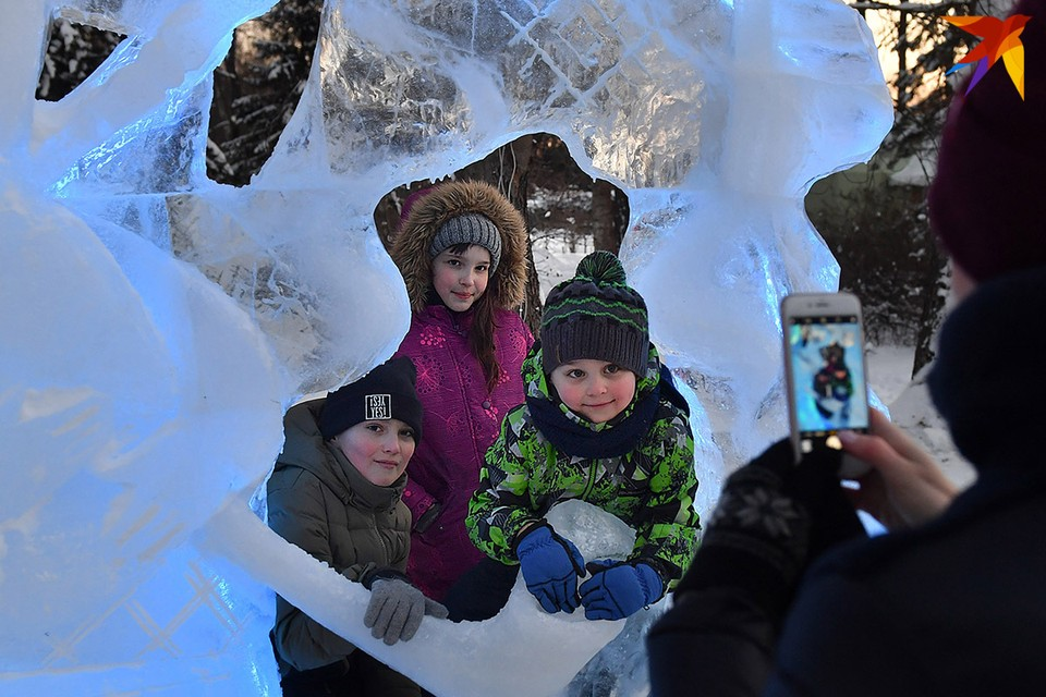Ледяные и снежные скульптуры появились в Ботаническом саду Минска.