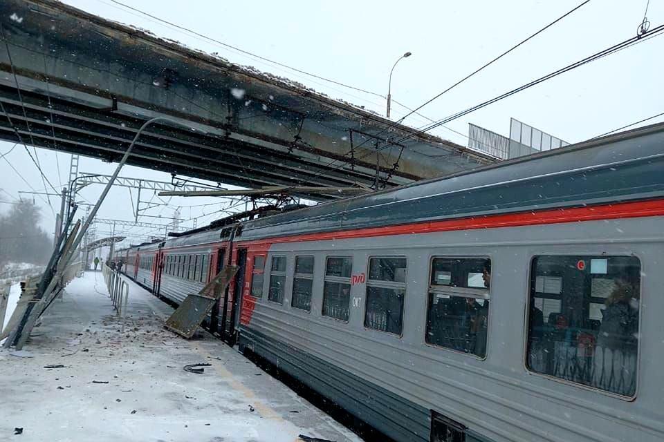 Машина сорвалась с эстакады в районе остановочного пункта Фроловское линии Москва-Тверь.