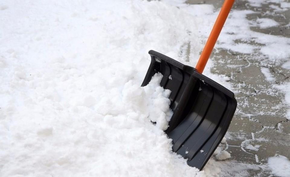 Дворники активно убирают снег, но непогода готовит новые сюрпризы.
