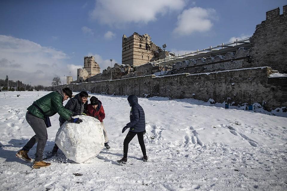 На Стамбул обрушился сильный снегопад Фото: EPA/ТАСС