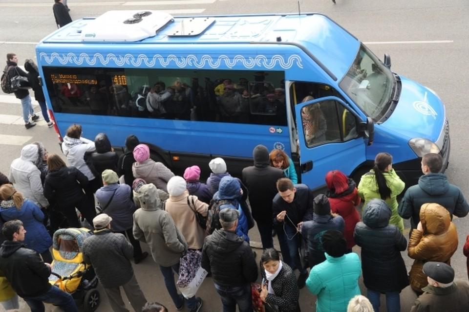 Пассажиры полчаса ждали маршрутку, но уехать так и не смогли.