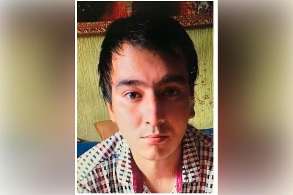 Худощавого мужчину в красном три месяца разыскивают в Кузбассе. ФОТО: ГУ МВД России по Кемеровской области