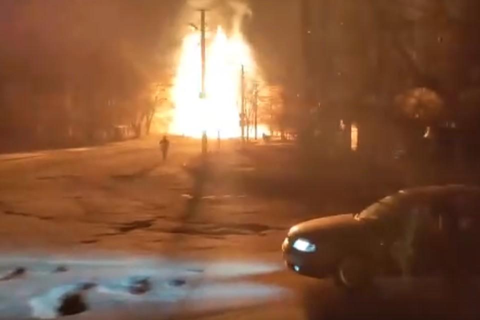 Высота пламени достигает 20 метров. Фото: скриншот видео vk.com/Инцидент Луганск