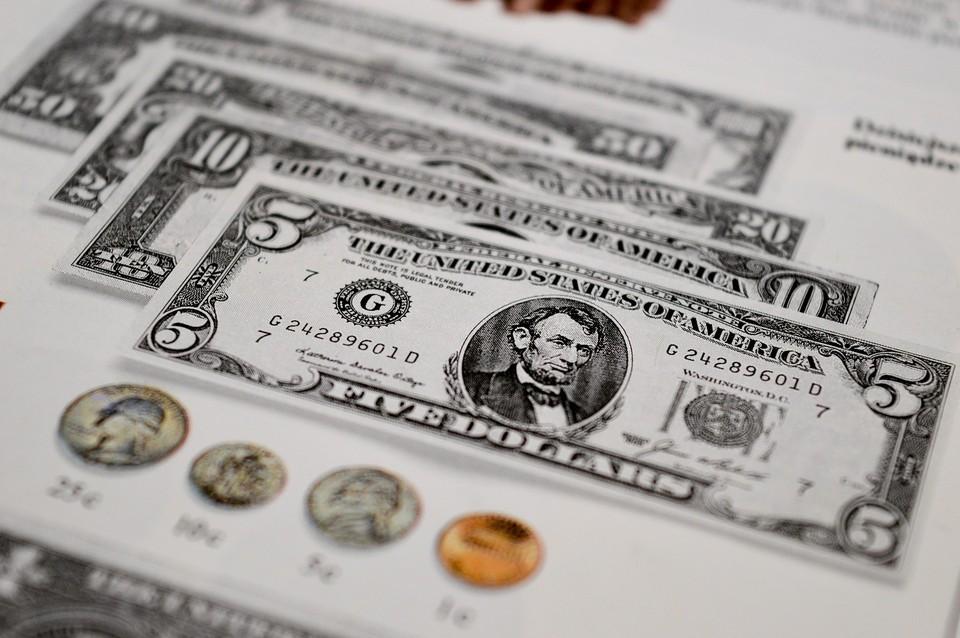 Американская валюта продолжает терять позиции