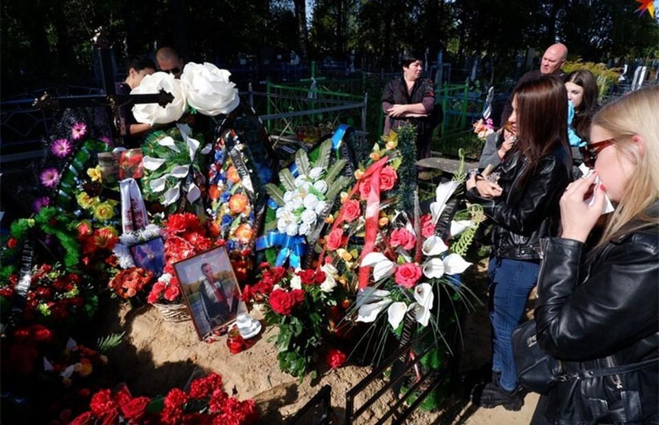 На могиле Александра собрались десятки человек