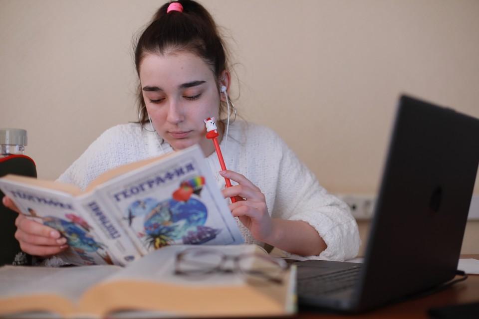 Будут ли учиться школьники в Краснодарском крае из-за непогоды: уже три муниципалитета перешли на дистанционку