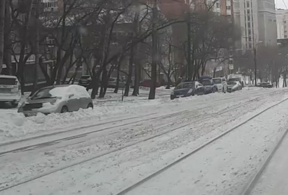 Автомобили на обочинах заблокированы снежными кучами