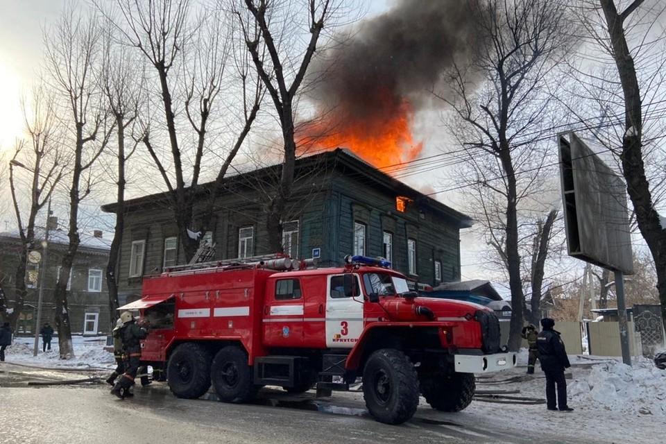 Жилой дом с офисами загорелся на Декабрьских Событий в Иркутске