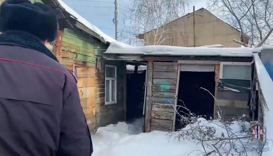 Девочку нашли в этом заброшенном доме. Фото: скриншот видео (УМВД России по Омской области)