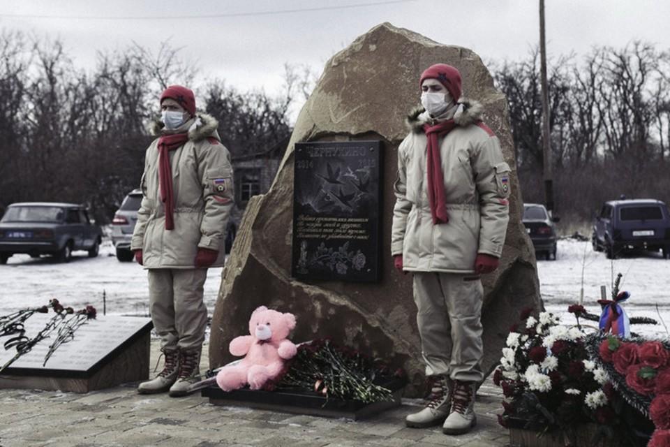 Митинг прошел возле памятного знака защитникам и мирным жителям, погибшим в 2014-2015 годах. Фото: vk.com/mrespublika