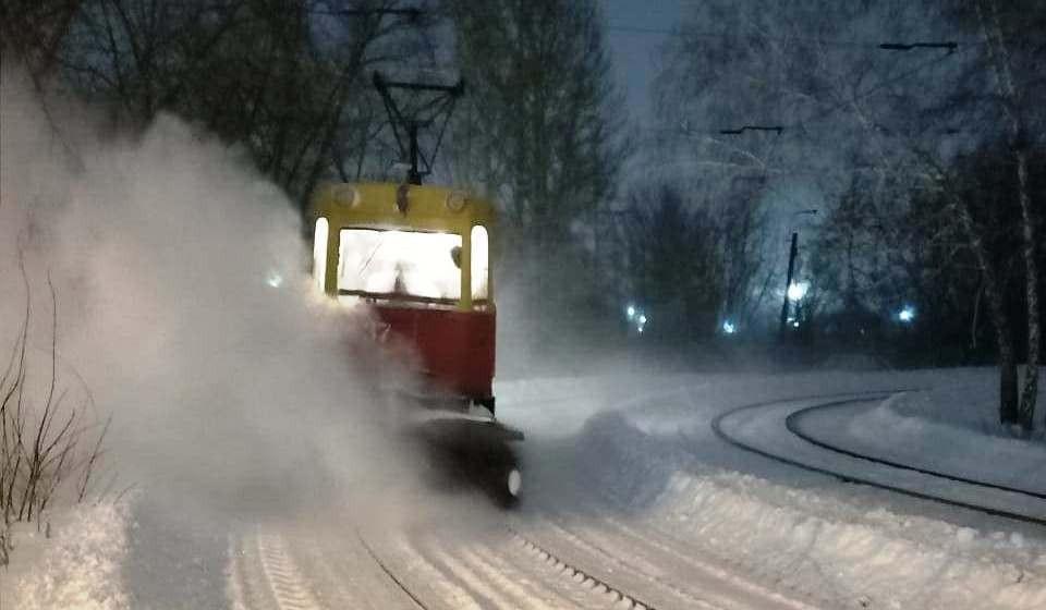 После ночного снегопада в Омске пришлось оперативно чистить трамвайные пути.