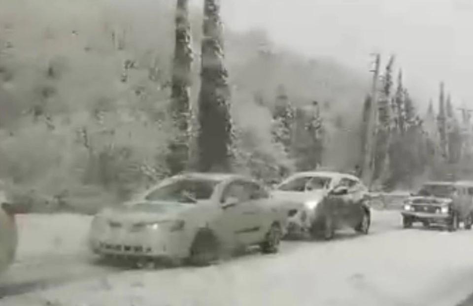 Ай-Петри накрыл мощный снегопад. Фото: кадр видео Автопартнер Крым Севастополь ДТП/VK