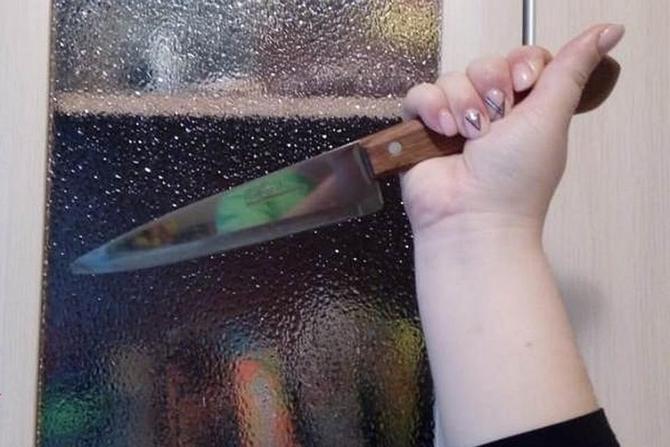 Утверждается, что гостья схватилась за нож во время ссоры с хозяином квартиры.