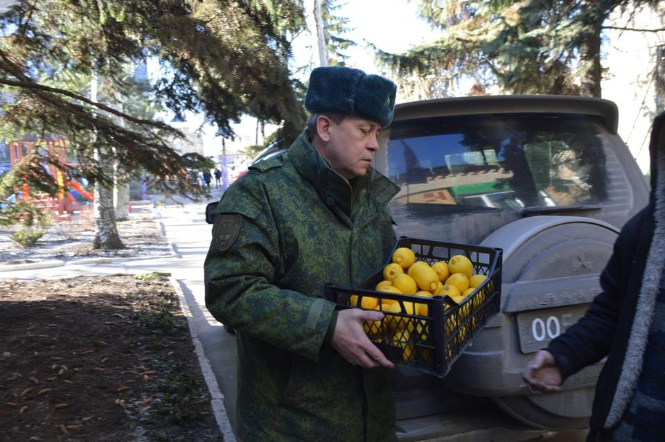 Эдуард Александрович не приезжает к ребятам с пустыми руками. Он привез яблоки, бананы и лимоны – то, что нужно во время пандемии