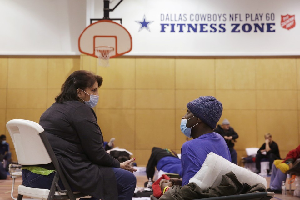 Из-за непогоды жителям Техаса приходится покидать свои неотапливаемые и обесточенные дома и ночевать в спортзалах.