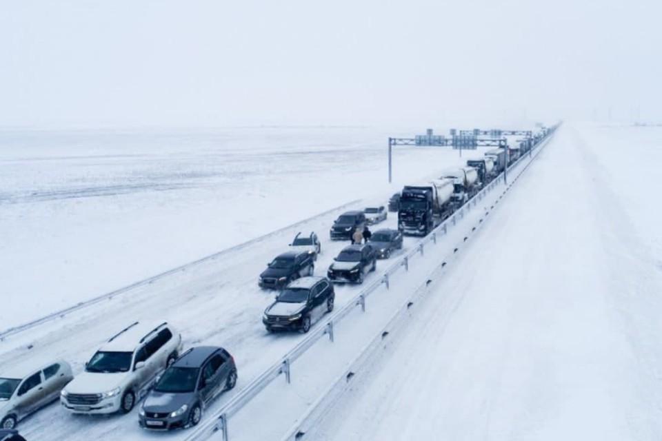 Так выглядел затор на подъезде к Крымскому мосту 19 февраля. Фото: пресс-служба МЧС по РК